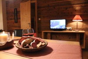Eine Tiroler Brotzeit mit Speck und frischem Leib Brot in heimeliger Atmosphäre genießen - das ist Urlaub in den Bergen