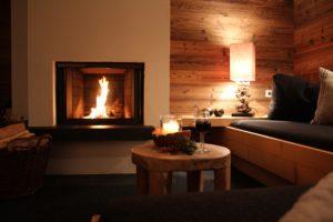 Ein Kamin in dem das Feuer brennt, ein Glas Wein und einfach genießen. Das ist Urlaub in den Bergen.