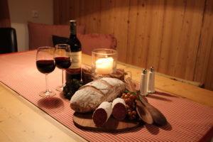Eine Tiroler Brotzeit mit Speck und frischem Leib Brot in heimeliger Atmosphäre genießen - das ist Urlaub