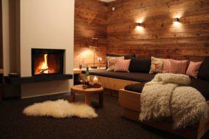 """Das Chalet-Appartement """"Bergfeuer"""" hat einen herrlichen Kamin und gemütliche Daybetten sowie einen herrlichen Blick auf die Zugspitze"""