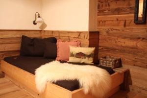 Das Hütten-Appartement mit seinem Diwan verleiht eine sehr gemütlicher Atmosphäre und läd zum Chillen ein.