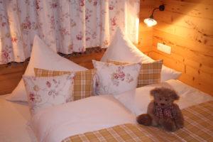 gemütliches Zimmer mit angrenzendem Badezimmer und Kinderzimmer -Ein Blick durch den Türschlitz lässt die Gemütlichkeit erahnen