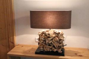 stilvolle Lampe mit Treibholz