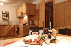 Garten-Appartement Essecke Eine Tiroler Brotzeit mit Speck und frischem Leib Brot in heimeliger Atmosphäre genießen - das ist Urlaub in den Bergen