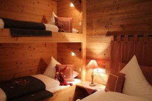 gemütliches Zimmer mit Stockbett und Hütten-Atmosphäre