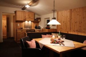 Holz-Küche mit gemütlicher Eckbank im Chalet-Appartement mit Kamin und Blick zur Zugspitze