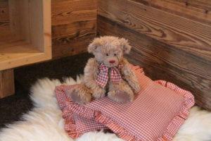 Der Teddy auf den Kissen ist ein liebevolles Detail von welchem man im Chalet Tannenhof viele findet
