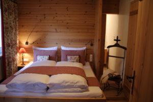 Schlafzimmer mit Doppelbett und angrenzendem Badezimmer