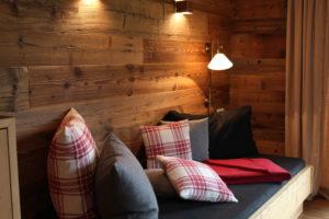Chillen auf dem Daybett und der Blick schweift über die grünen Wiesen um das Chalet Tannenhof