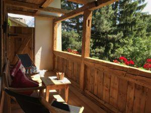 Unsere Holz-Veranda bietet Privatsphäre und ist ein absoluter Lieblingsplatz - ein ganz besonderes Highlight