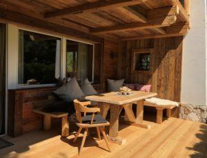 Unsere Holz-Veranda bietet Privatsphäre und ist ein absoluter Lieblingsplatz