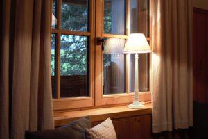 Chalet Tannenhof Lermoos Tirol Zugspitze Lampe Holzfenster