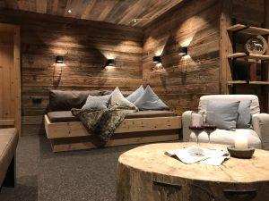 Appartement mit Kamin und Garten - Altholz und ein außergewöhnlicher Tisch. Gemütliche Atmosphäre. Modern und rustikal gekonnt vereint